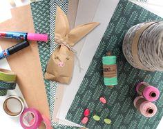 Die einfache Anleitung zeigt dir in vielen bebilderten Arbeitsschritten, wie ein Hase aus Papier entsteht. Als Grundlage dienen lediglich verschiedene Papiere im DIN A4 Format. Gift Wrapping, Inspiration, Gifts, Diy, Personalized Stationery, Bunny, Funny, Tutorials, Gift Wrapping Paper