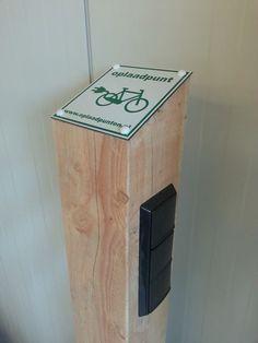 Een massief houten oplaadpaal voor de fiets met 6 aansluitingen nu voor €279.00 De voedingskabel zit er helemaal in. Check www.laadoplossingen.nl