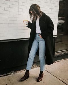 How to wear mom jeans? Discover tips and outfit ideas to be stylish with mom jeans! # # tenuestylée # Outfits 2019 Outfits casual Outfits for moms Outfits for school Outfits for teen girls Outfits for work Outfits with hats Outfits women Looks Street Style, Looks Style, My Style, Style Blog, Trendy Style, Mode Outfits, Casual Outfits, Fashion Outfits, Womens Fashion