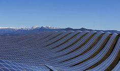 Paneles solares kilométricos, la fabricación de huevos de Pascua, un combate de sumo y otras fotos del día
