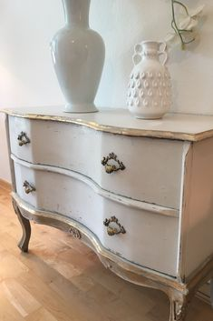 Makeover of this lovely sideboard with chalk paint in old white, coco, old ochre and french linen. Finishing with 24 K gold leaf #Paintedfurniture