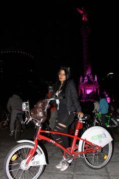 Gatubela dejo a Batman para andar un rato en bici.