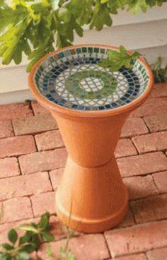 Mosaic Bird Bath How to Make Diy Bird Bath, Bird Bath Garden, Glass Garden, Garden Birds, Pots D'argile, Clay Pots, Planter Pots, Backyard Projects, Garden Projects