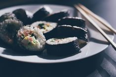 À découvrir de toute urgence ! Sushi Restaurants, Raw Food Recipes, Asian Recipes, Ethnic Recipes, Japanese Dishes, Japanese Food, Smoked Salmon Sushi, New Year's Eve Plans, Resto Paris