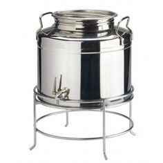 Cal-Mil This stainless steel beverage dispenser is imported from Italy and made of the highest quality stainless steel. Resembling an antique milk can, this dispenser top has a large screw-top lid. A new and stylish way to serve drinks! Cool Kitchen Gadgets, Kitchen Items, Cool Kitchens, Kitchen Decor, Olive Oil Container, Antique Milk Can, Stainless Steel Canisters, Olive Oil Dispenser, Glass Jug