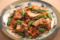 厚揚げと野菜のそぼろ煮 4人前でね、豚ひき肉(200g)・おろし生姜(小さじ1/2)・玉ねぎ(1個)・人参(1本)を炒めて人参がしんなりしたら、茄子(1本)を入れて炒め、茄子に油が回ったら、薄力粉(大さじ2)を入れてなじませ、水(300㏄)・3倍濃縮の麺つゆ(100㏄)・みりん(少々)を少しずつ入れて混ぜ、最後に厚揚げ(大1枚・280g)を入れて蓋をしないで10分ほど煮たらできあがり。厚揚げが汁を含んでふっくらしたらできあがりの合図!