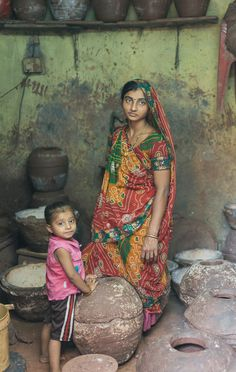 Dharavi Mother by Raymond H Saris, Beauty Full Girl, Beauty Women, Girl Number For Friendship, Mother India, Amazing India, Village Girl, Indian Village, India Culture