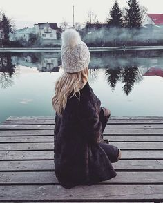 Black faux fur, so warm and cozy #fauxfur #black #whitehat #hat #beanie #cozy #warm #fashion #blonde #details #inspiration