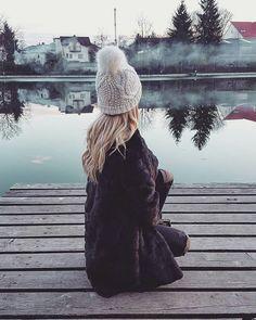 Black faux fur, so warm and cozy #fauxfur #black #whitehat #hat #beanie #cozy #warm #fashion #blonde #details #inspiration