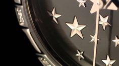 LADIES LOVE CONSTELLATION (@OMEGA Watches) ••• ELLS CRAQUENT TOUTES POUR OMEGA (par Grégory PONS)    En 1982, Omega lançait une montre dont le design particulièrement exceptionnel était conçu pour résister à l'usure du temps. Cette montre, qui n'était autre que la Constellation Manhattan, avait été dotée de griffes qui avaient fait de cette collection l'une des plus aisément reconnaissables au monde. Pendant près de trente ans, celle-ci est restée incroyablement populaire.
