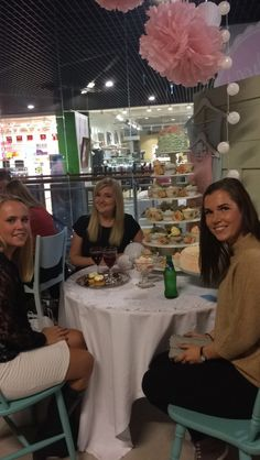 """Gifteklare jenter sitter ved cupcaketårnet i """"villa"""" fargene"""