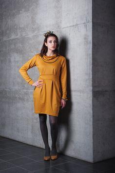Kleid GUESS  // hübsches, tailliertes Jerseykleid mit Wasserfallkragen mit Paspel, langen Ärmeln und hübschen Falten   // Jersey in curry und g...