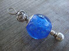 Herinneringshanger in transparant blauw, as in glas, een tastbare herinnering aan een lieve hond.