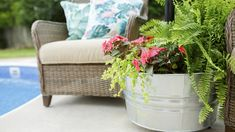 Throwing Shade: DIY Rolling Umbrella Stand Planter The craft experts at walk through simple steps to creating a mobile umbrella stand in a stunning rolling planter. Parasols, Patio Umbrellas, Diy Patio, Backyard Patio, Patio Ideas, Diy Pool, Garden Ideas, Landscaping Ideas, Garden Landscaping