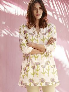 A lovely tunic in 100% linen with an open collar three-quarter-length sleeves and a bold all-over flower print. With flattering buttoned pleat detail at the centre back it's perfect as a beach cover-up or over skinny jeans.