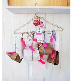 adventskalender basteln kleiderbügel lametta dekorieren päckchen