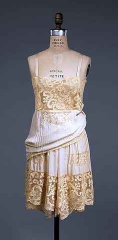 french lingerie - Silk, linen - The Metropolitan Museum of Art. Looks like an attached slip pulled up to show the panty. French Lingerie, Retro Lingerie, Lingerie Models, Lingerie Silk, 1930s Fashion, Moda Fashion, Retro Fashion, Vintage Fashion, Vintage Outfits