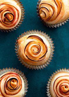Einfache Apfelrosen aus Blätterteig #apfelrosen #apfelrosenblätterteig #apfelrosenblätterteigrezept #blätterteigrezepte #blätterteigrezeptesüssschnell #blätterteigsnacks Ale, Good Food, Yummy Food, Muffin, Bread, Cooking, Breakfast, Desserts, Muffins