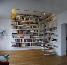 Büchertreppe Düsseldorf, 2011 Eine begehbare Raumskulptur verbindet zwei übereinander liegende Wohnungen in Düsseldorf. Dieses multifunktionale Element besteht aus in Stufenabstand um die Treppe um…