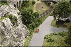"""Zwei """"Reifere Damen"""" machen mit ihrem MB 170 S - Cabriolet einen """"Sonntagsausflug"""" zum Aussichtsturm der Ruine. Das Auto ist von Marks, die Figuren von Preiser, die Felswand besteht aus Moltofill."""