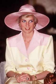Diana (C), Princess of Wales, on a visit to the Yaounde Deaf and Dumb School during her official visit to Cameroon on March 1990 in Yaounde, Cameroon. The princess wears a Catherine Walker suit with a hat by Philip Somerville. Royal Princess, Princess Charlotte, Princess Of Wales, Princess Diana Fashion, Princess Diana Pictures, Kate Middleton, Prinz William, Prinz Harry, Princes Diana
