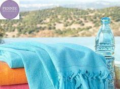 Με αφορμή την Παγκόσμια Ημέρα Πετσέτας μοιράζουμε μία υπέροχη, μαλακή, στο χρώμα του ουρανού και της θάλασσας πετσέτα Pennie που δεν θα χορταίνεις να χρησιμοποιείς.