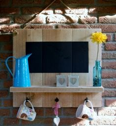 chalkboard on pallet shelf with hooks Kia Ora, Wood Projects, Woodworking Projects, Diy Kitchen Decor, Home Decor, Consoles, Pallet Furniture, Wood Pallets, Decor Interior Design