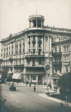 Hotel Bristol przy Krakowskim Przedmieściu. Po prawej stronie dobrze widoczna, nieistniejąca kamienica pod nr 40, mieszcząca redakcję Kuriera Warszawskiego.  Fot. Warszawski przewodnik
