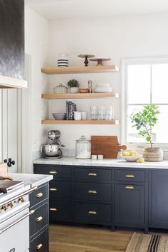 Rather than undergoing cupboards and drawers for different things, taking a little time regularly, maintains your kitchen arranged. #KitchenRemodel #KitchenIdeas #KitchenOrganization