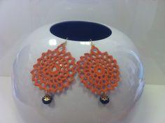 orecchini all'uncinetto,dipinti a mano nei toni dell'arancio,vetrificati.di forma tondeggiante con pendente mezzocristallo nero