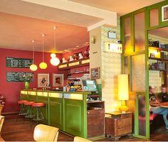 """Im """"Café Datscha"""" in Berlin gib es wie der Name vermuten lässt,  viel russisches Flair und viel russische Küche. Die Speisekarte gibt aber dennoch z.B. reichlich vegetarische und vor allem leckere Alternativen her. Die Betreiber haben sich viel Mühe geben einen kleinen Ruheort mitten im wuseligen Bezirk Friedrichshain zu schaffen. >>> Hier reservieren!"""