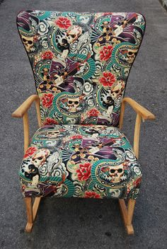 La Tapicera: Mecedora tapizada con charol, calaveras, serpientes y Geishas Chair Makeover, Wingback Chair, Decoration, Chair Design, Printing On Fabric, Accent Chairs, Upholstery, Sweet Home, Victorian