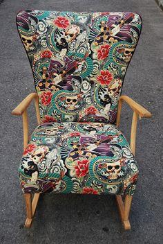 La Tapicera: Mecedora tapizada con charol, calaveras, serpientes y Geishas