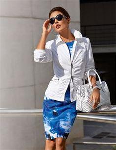 Schmales Druckkleid, Henkeltasche aus Leder, Jacke, Sonnenbrille in Trendfarben