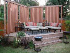 Terrasse aus holz gestalten gemutlichen ausenbereich  Bankschaukel aus Holz und weiße Vorhänge für Provatsphäre | Garten ...