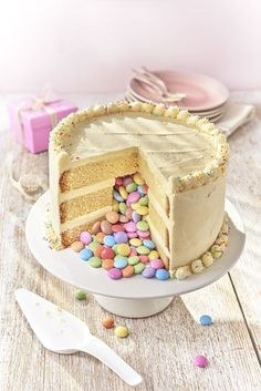You don't get much more gorgeous that this Pinata cake for a birthday party that will go wonderfully well with the kids, if this is its centrepiece. We show you all how to make it!