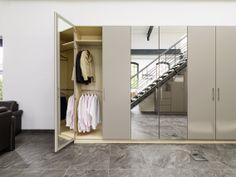 Kleiderschrank nach Maß mit innen- und außenliegenden Spiegeln.