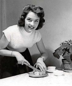 Firad bulle. Lill-Babs var före sin tid då hon 1956 hyllade kanellängden, långt före man började fira kanelbullens dag 1999.