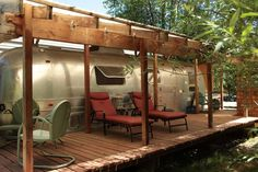 Cabin in Rogue River, United States. Enjoy the country, farm, stars...and goats in our vintage 1970 Airstream. Quaint and comfy with queen bed, front deck, & partly stocked kitchenette. Milk a goat, hike the forest, and enjoy a complementary bottle of wine and piece of our aged chee...
