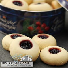 Din bucătăria mea: Fursecuri fragede umplute cu gem Romanian Desserts, Romanian Food, Sweets Recipes, Cookie Recipes, Hungarian Recipes, Pastry Cake, No Bake Cookies, Something Sweet, Sweet Tooth