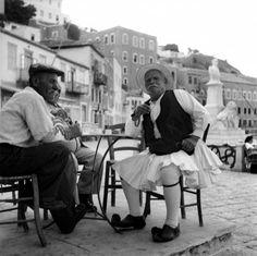 Ηλικιωμένος φουστανελοφόρος σε καφενείο στο λιμάνι. Ύδρα, 1951 Νικόλαος Τομπάζης Royal Guard, Yesterday And Today, Old Photos, Greek Costumes, Greece, Nostalgia, Dancer, The Past, Memories