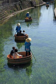Tarai Boat (Tub Boat) River Cruise in Ogaki, Gifu prefecture, Japan. 盥船(たらいぶね). 大垣, 岐阜県, 日本