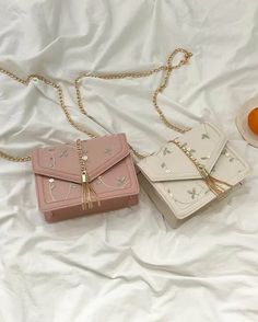 Pin by Ria Kaur on Bags in 2020 Fashion Handbags, Purses And Handbags, Fashion Bags, Fashion Women, Fashion Jewelry, Trendy Purses, Cute Purses, Luxury Purses, Luxury Bags