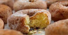 Heb je zin om iets te bakken, maar ben je een hele luie bakker en hou je van simpele recepten? Dan is dit recept voor donuts met maar 2 ingrediënten écht iets voor jou. Emma is een professionele (banket)bakker uit Italië en deelt haar favoriete recepten op haar YouTube-kanaal, waaronder de donuts die je binnen… Baked Donut Recipes, Baked Doughnuts, Apple Recipes, Top Dessert Recipe, Dessert Recipes, Desserts, Breakfast Recipes, Doughnut Cake, Homemade Donuts