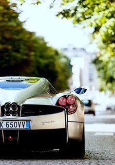 Huayra, por PAGANI Automobili. Um luxo, um poder, uma exclusividade. Uma simples OBRA DE ARTE no mundo dos automóveis. A RC curte, pina, e repina se for preciso!