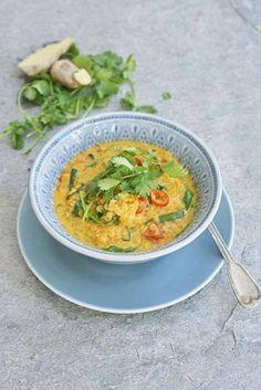 En kryddig linsgryta full av nyttigheter. Ingefära och gurkmeja har antiiflammatoriska egenskaper. Kardemumma stimulerar matsmältningen. Helvegetarianer byter ut kycklingbuljongen mot grönsaksbuljong. Chutney, Food Inspiration, Thai Red Curry, Food And Drink, Veggies, Vegetarian, Asian, Snacks, Ethnic Recipes