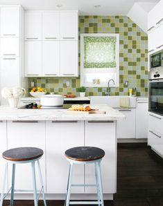 Wohnküche einrichten weiße Küchenmöbel und frische Küchenrückwand Vintage Kitchen Cabinets, Kitchen Cabinet Remodel, Small Apartment Kitchen, Small Space Kitchen, Small Spaces, Small Apartments, Cute Kitchen, Kitchen Decor, Kitchen Ideas