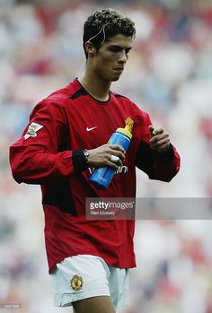 Cristiano Ronaldo of Manchester United enjoys a drink of Lucozade Sport during the FA Barclaycard Premiership match between Manchester United and Bolton Wanderers held on August 2003 at Old Trafford, in Manchester, England. Manchester United won the match Cristiano Ronaldo Cr7, Cristiano Ronaldo Manchester, Cristino Ronaldo, Ronaldo Juventus, Manchester United Team, Manchester England, Zinedine Zidane, Steven Gerrard, Tottenham Hotspur