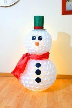 Muñeco de nieve con vasos de plástico   Manualidades fáciles para Navidad low cost