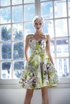 Chartreuse and lavender cocktail dress from the Carla Ruiz 2017 cocktail collection. Beautiful Dresses, Nice Dresses, Short Dresses, Summer Dresses, Formal Dresses, Lavender Cocktail Dress, Dress Up Outfits, Latest African Fashion Dresses, Floral Fashion